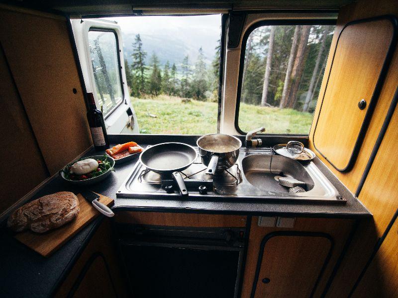 Uitzicht vanuit keuken in een camper