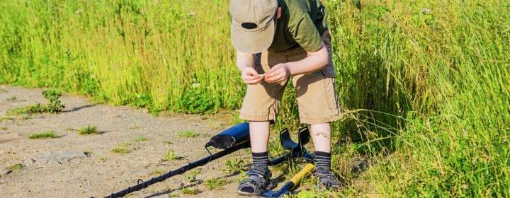 Om te doen op de camping; op zoek met een metaaldetector