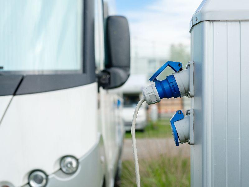 Bedenk tijdens het boeken van je campingplek hoeveel stroom je ongeveer gaat verbruiken tijdens je kampeervakantie.