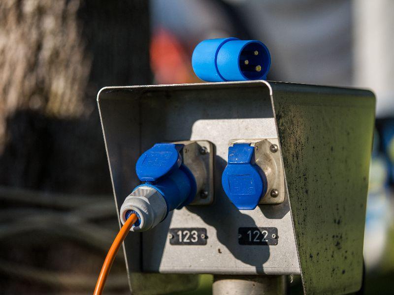 Om te weten hoeveel watt je maximaal tegelijk kunt verbruiken, vermenigvuldig je het aantal ampère met het voltage.