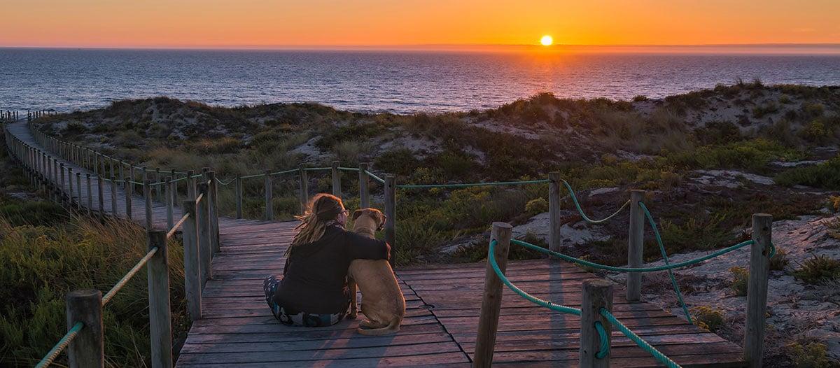 Robby en Emily genieten aan zee samen van de zonsondergang
