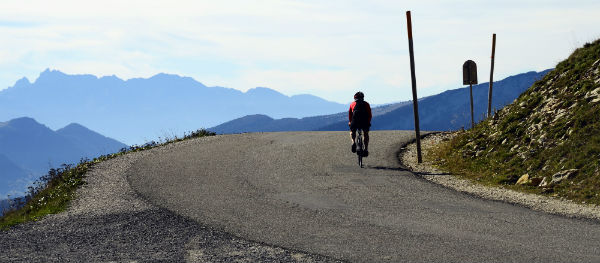 There are both steep and flat cycling routes to choose from around Lake Annecy.
