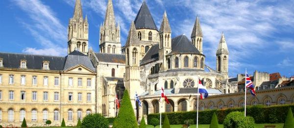 Caen heeft veel historische gebouwen hersteld en is uitgegroeid tot een moderne metropool