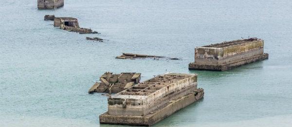 De overblijfselen van de Mulberry-haven zijn nog steeds zichtbaar voor de kust van Arromanches