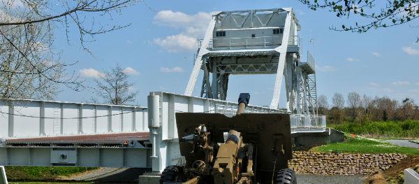 De originele Bénouville-brug, ook wel de Pegasus-brug genoemd, is bewaard gebleven