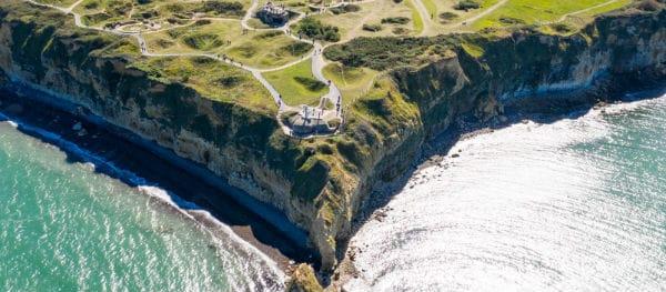 Pointe du Hoc van bovenaf: duidelijk zichtbaar zijn de kraters in het landschap, ontstaan door de bombardementen