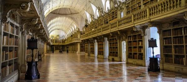 De langgerekte bibliotheek van Mafra Palace