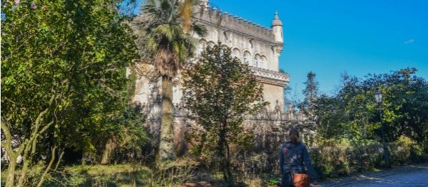 Zicht op Palace Hotel Bussaco vanuit de tuinen