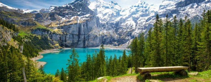 Schitterend uitzicht op de turquoise Oeschinnensee in Zwitserland