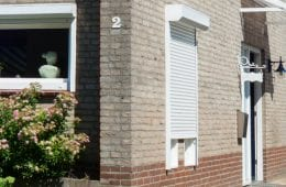 Wohnmobil vorm Haus