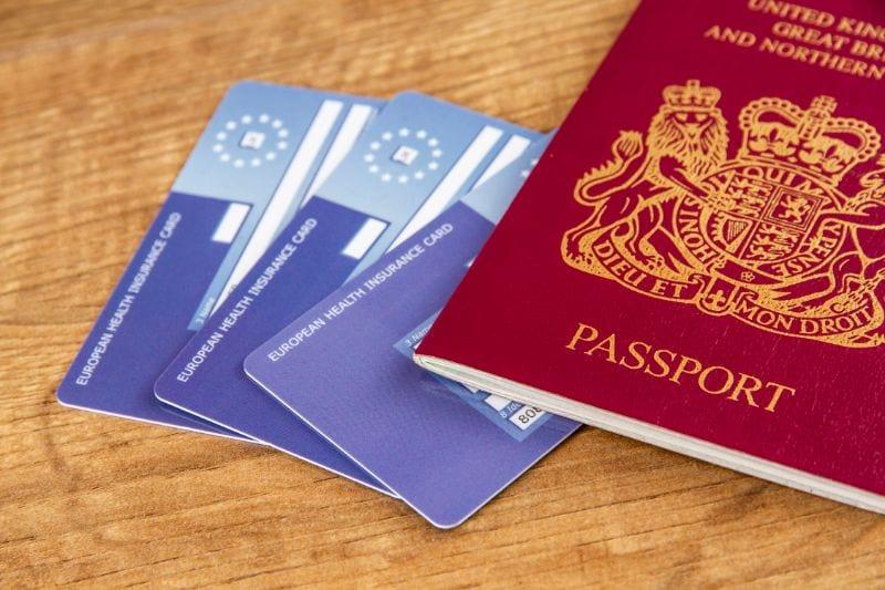 Een EHIC-kaart en een paspoort
