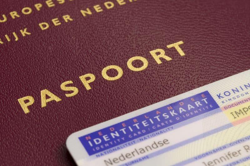 Een paspoort en een id-kaart.
