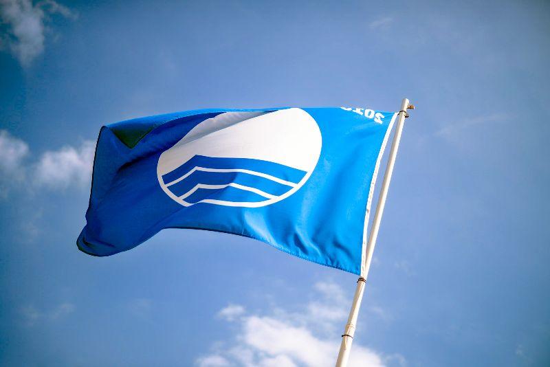 Zie je deze vlag wapperen? Dan voldoet het strand aan de criteria voor een Blue Flag-certificaat.