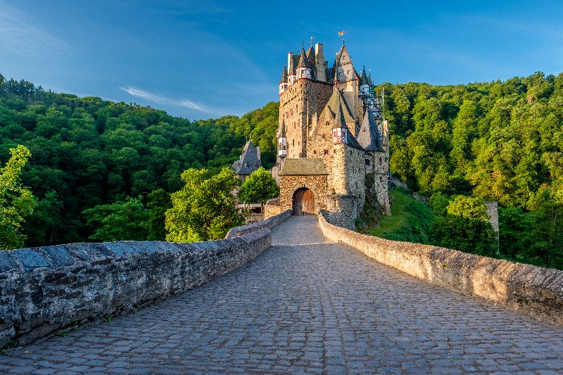 Het sprookjesachtige Burg Eltz ligt midden in de groene bossen van de Eifel.