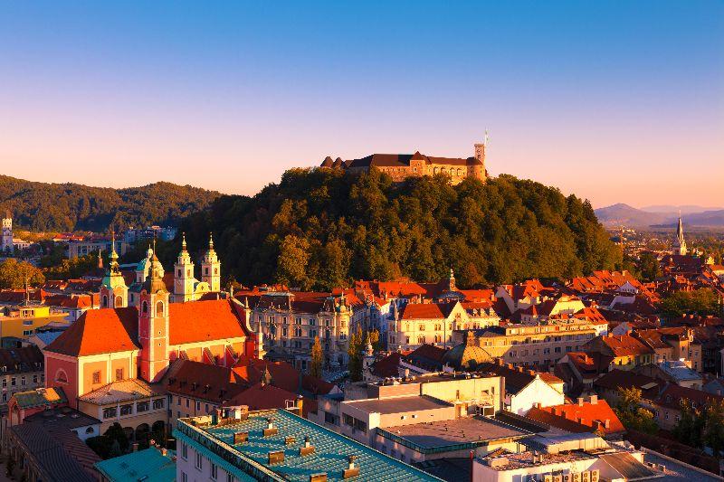 Het imposante Ljubljanski Grad torent hoog boven de Sloveense hoofdstad Ljubljana uit.