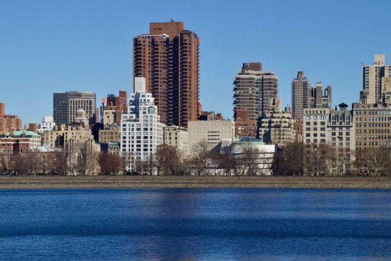 De skyline van New York City, met het Guggenheim Museum rechts van het midden (het witte gebouw).