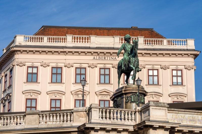 Het imposante gebouw van het Palais Erzherzog Albrecht in het 1e district van het centrum van Wenen.