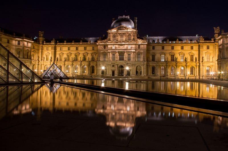 Verlicht in de nacht, lijkt het Louvre bijna een beetje mysterieus.