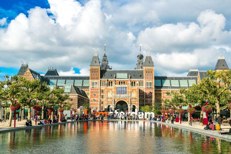 Het uitzicht vanaf het Museumsplein op het indrukwekkende Rijksmuseum.