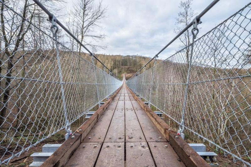De 'jongste' hangbrug van Duitsland is 180 meter lang en 23 meter hoog.