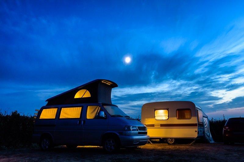 Een camperbusje met een hefdak.