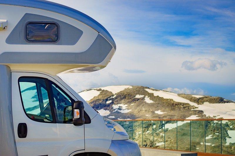 Een alkoofcamper met slaapgedeelte boven de cabine.