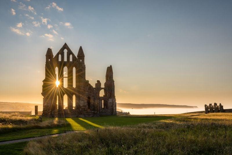 De kloosterruïne van Whitby Abbey gaat terug tot de zevende eeuw.