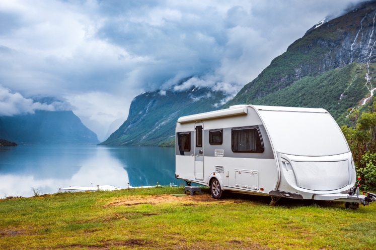 Caravan aan het water
