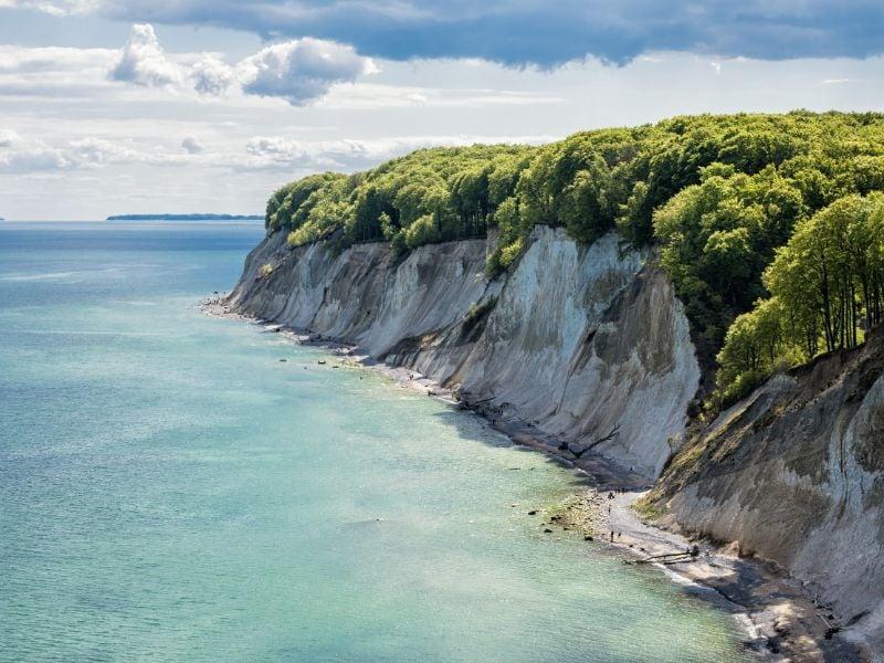 De witte krijtrotsen in het Nationaal Park Jasmund op het eiland Rügen vormen het vertrekpunt van de Duitse Lanenroute.