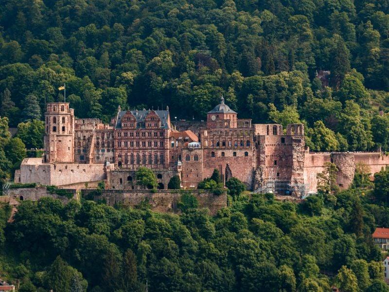Slot Heidelberg is een van de beroemdste ruïnes in Duitsland en geeft je een prachtig uitzicht over de stad Heidelberg. Je komt dit slot tegen als je de Burchtenroute volgt.