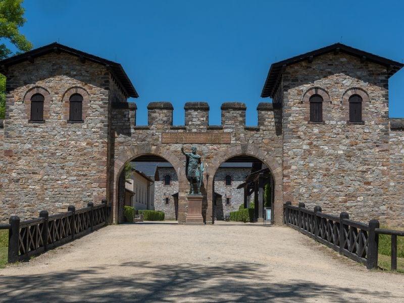 De ingang van het Romeinse castellum Saalburg: voor de poort staat het standbeeld van keizer Antoninus Pius.