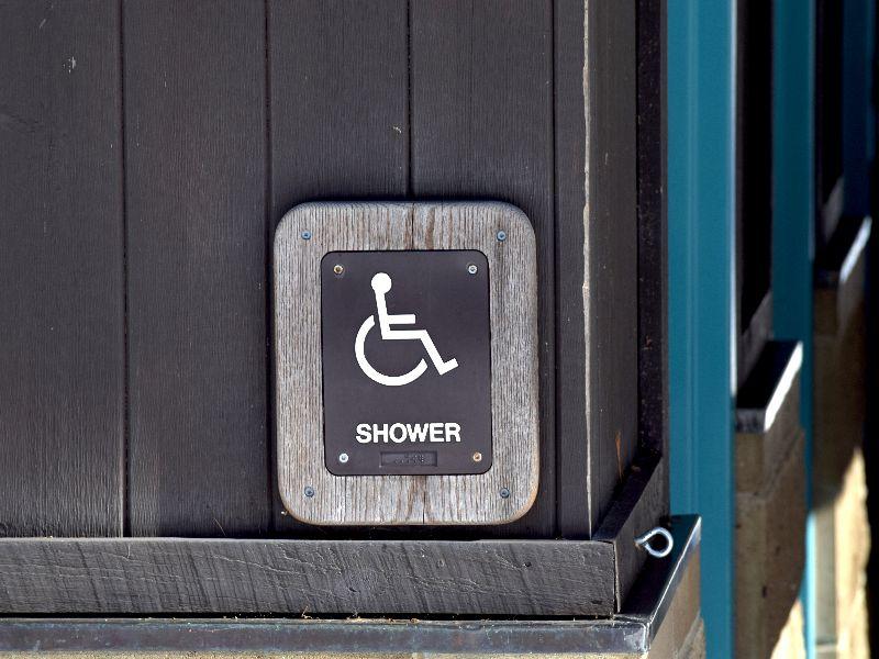 Bordje van rolstoeltoegankelijke douche