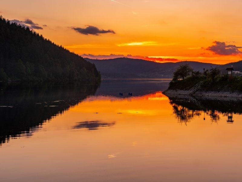 Zonsondergang aan de Schluchsee. Hier geniet je van prachtige wandelingen, waterpret én de mooie natuur.
