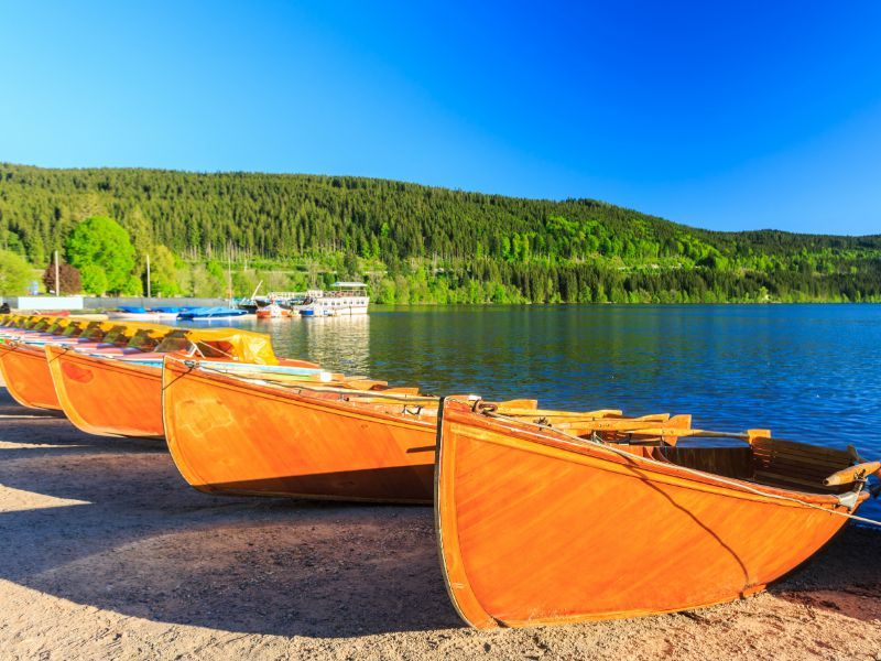De Titisee wordt vaak gezien als het mooiste meer in het Zwarte Woud. De bootjes liggen al klaar om je mee te nemen over het water.