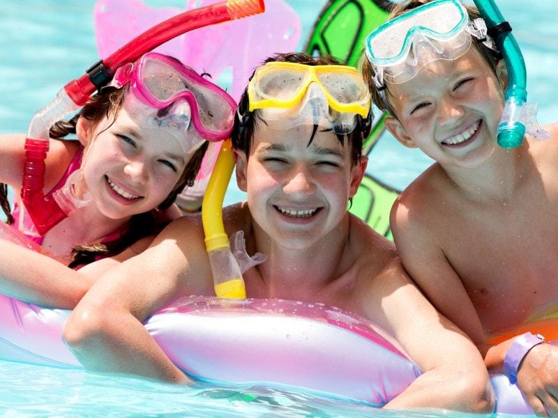 Campings kunnen een ontheffing aanvragen voor de badmutsplicht. Veel grote Italiaanse campings doen dit, zodat hun gasten zonder badmuts kunnen zwemmen.