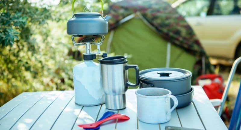 Campingservies op een tafel