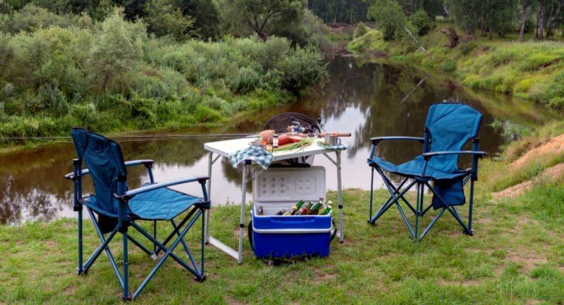 Campingstoelen bij campingtafel